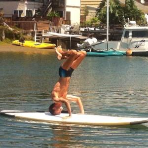 Bert staat op zijn hoofd op een surfplank